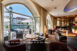 The lounge or bar area at Hotel des Balances