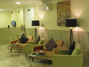 Uma área de estar em JW Inn Hotel