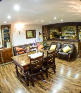 Un restaurante o sitio para comer en Green Peaks Country House Alojamiento Rural