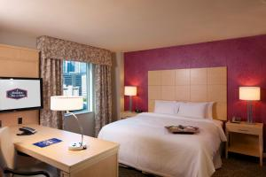 A bed or beds in a room at Hampton Inn & Suites by Hilton Miami Downtown/Brickell