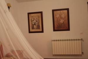 A bed or beds in a room at Hotel rural Puerta de Monfragüe