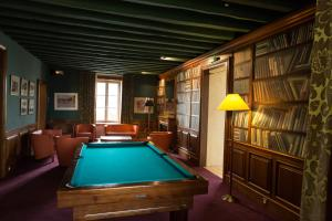 A pool table at Hotel Le Paddock