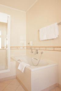 A bathroom at Hotel Kaiserin Elisabeth