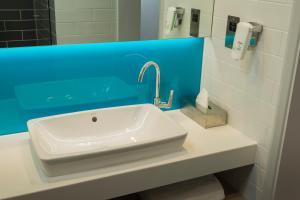 A bathroom at Holiday Inn Express St. Albans - M25, Jct.22