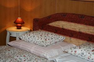 Ein Bett oder Betten in einem Zimmer der Unterkunft Zderaz