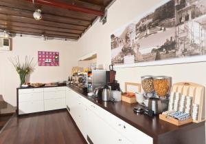 Кухня или мини-кухня в Hotel Hofmann