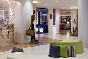 The lobby or reception area at N'vY Manotel