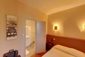 A bed or beds in a room at Le Tournedos