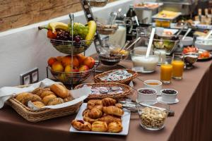 Breakfast options available to guests at Art & Garden Residence
