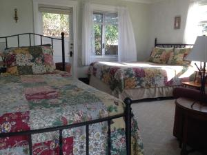 A bed or beds in a room at Glenacres Historic Inn