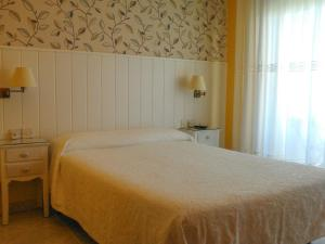 A bed or beds in a room at Hostal Santa Marta Playa