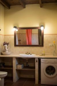 Ett badrum på Rural Montes Málaga: Lagar Don Sancho