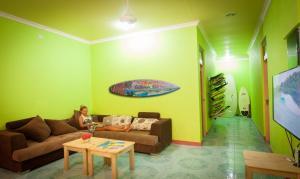 Ein Sitzbereich in der Unterkunft Jail Break Surf Inn