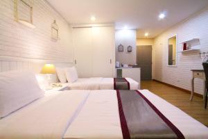 Letto o letti in una camera di At Residence Suvarnabhumi Hotel