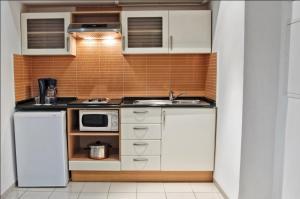 Een keuken of kitchenette bij Le Monaco Hôtel & Thalasso