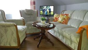 Ein Sitzbereich in der Unterkunft Ferienwohnung Prinz