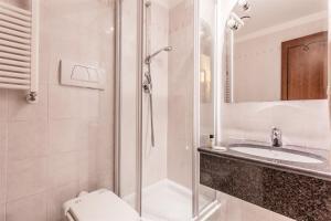 A bathroom at Raeli Hotel Floridia