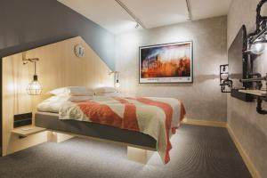 A bed or beds in a room at Hotel With Urban Deli