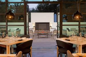 A restaurant or other place to eat at Le Meridien Atlanta Perimeter