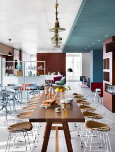 A restaurant or other place to eat at Okko Hotels Cannes Centre