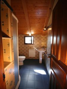 Un baño de Apartamentos Rurales La Platea