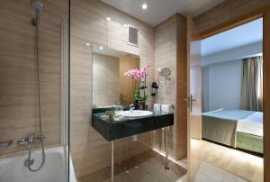 A bathroom at Exe Tartessos