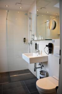 A bathroom at Arthotel Munich