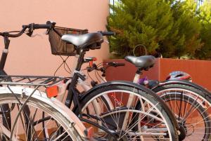 Montar en bicicleta en Atrium Hotel o alrededores