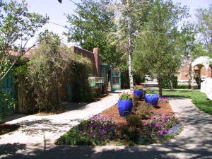 A garden outside Casas de Suenos Old Town Historic Inn