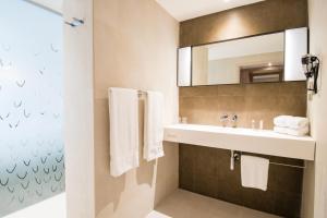 A bathroom at Simon Hotel