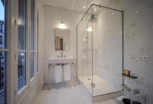 A bathroom at Relais12bis Bed & Breakfast By Eiffel Tower