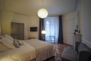 A bed or beds in a room at Relais12bis Bed & Breakfast By Eiffel Tower