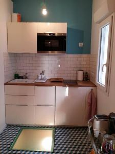 A kitchen or kitchenette at beau studio centre ville