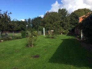 Ein Garten an der Unterkunft Apartments Friesenglück