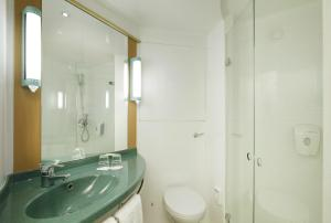 A bathroom at ibis Leeds Centre Marlborough Street