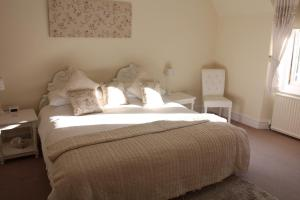 A bed or beds in a room at Struan Hall