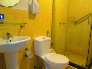 A bathroom at Hotel Garzota Inn