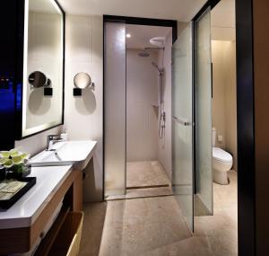 A bathroom at Hampton by Hilton Guangzhou Zhujiang New Town