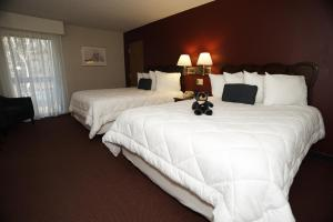 A bed or beds in a room at Fireside Inn & Suites Gilford