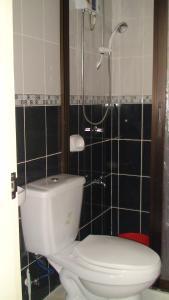 A bathroom at Lyn's Do Drop Inn Transient House