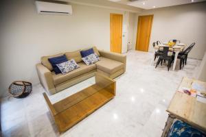 A seating area at AB Apartamentos Reding