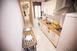 A kitchen or kitchenette at AB Apartamentos Reding