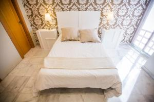 A bed or beds in a room at AB Apartamentos Reding
