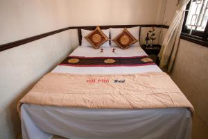 A bed or beds in a room at Hoi Pho