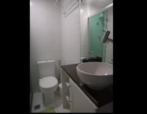 Un baño de Ajuricaba Suites 1