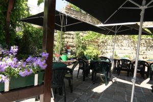 A restaurant or other place to eat at Hotel Auberge Rustique
