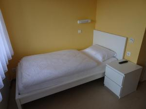 A bed or beds in a room at Hotel-Pension Schlossgarten