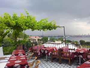 Ein Restaurant oder anderes Speiselokal in der Unterkunft Metropolis Hostel & Guest House