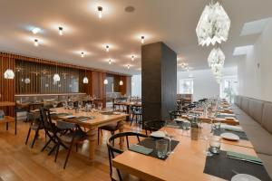 Un restaurante o sitio para comer en Inspira Liberdade Boutique Hotel