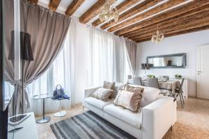 A seating area at San Teodoro Palace - Luxury Apartments
